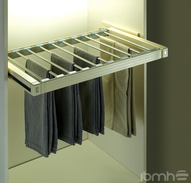 Accesorios de alta gama para armarios y vestidores for Colgadores de ropa para puertas